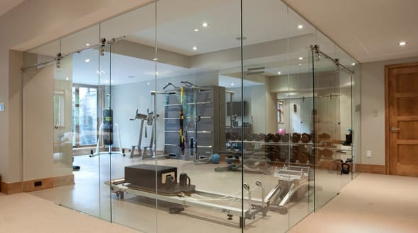 Fitnessraum zuhause einrichten  fitnessstudio zu hause einrichten als fitnessraum mit glaswänden ...