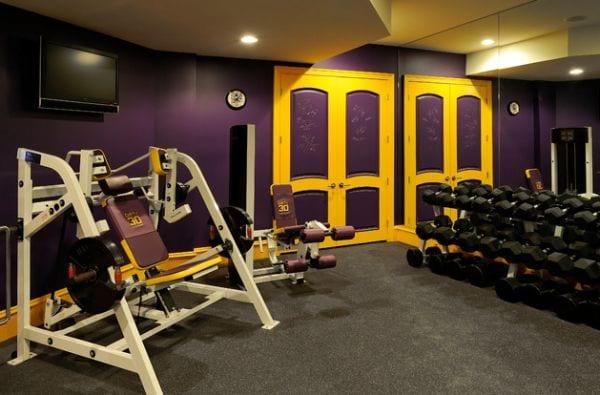 fitnessstudio zu hause einrichten und mit wandfarbe lila gestalten einrichtungsidee f r fitness. Black Bedroom Furniture Sets. Home Design Ideas