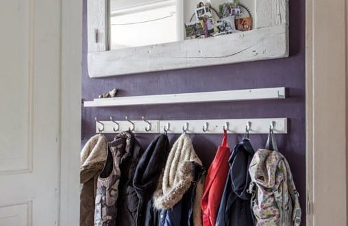kleiner eingangsbereich gestalten mit wandfarbe lila und diy wandspiegel mit holzrahmen wei. Black Bedroom Furniture Sets. Home Design Ideas