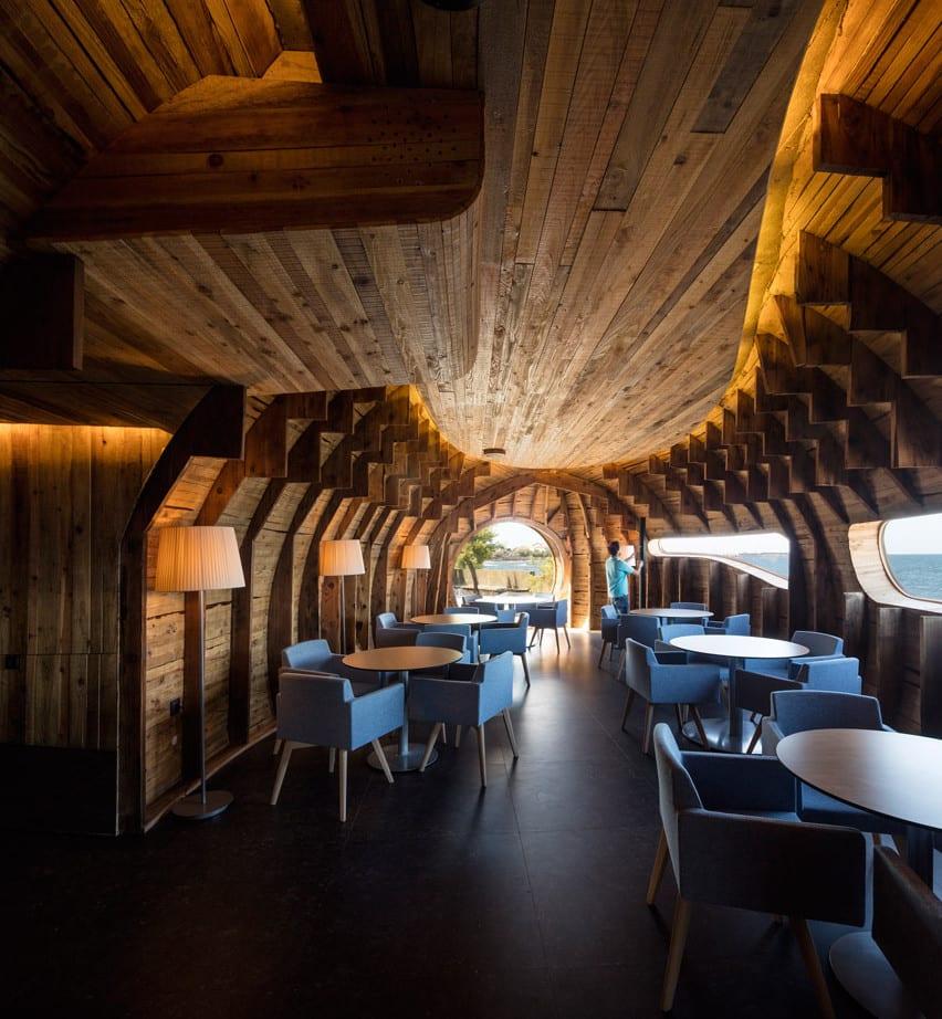 restaurant bar aus holz bauen_modernes Interieur in Holz