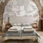 moderne schlafzimmer einrichten mit zara home bettwäschen und holzstühle als nachttische
