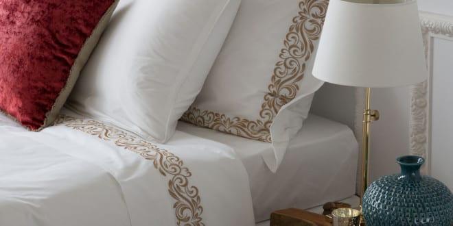 zara home zum schlafzimmer einrichten mit zara bettw sche wei und moderne nachttische holz. Black Bedroom Furniture Sets. Home Design Ideas