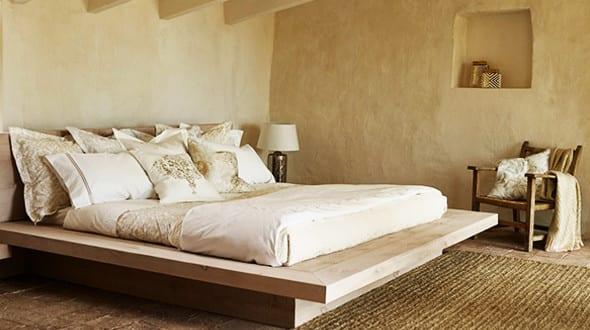 zara home schlafzimmer einrichten mit holzbett und zara home bettw sche freshouse. Black Bedroom Furniture Sets. Home Design Ideas