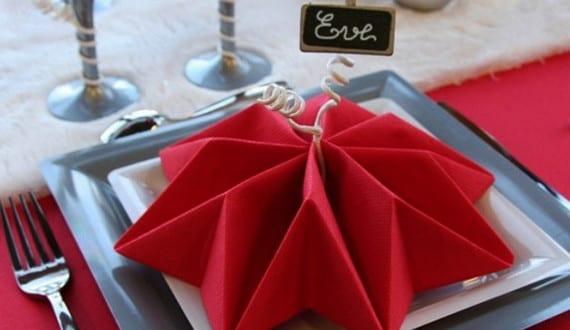 servietten falten als lilien f r weihnachtliche tischdeko. Black Bedroom Furniture Sets. Home Design Ideas