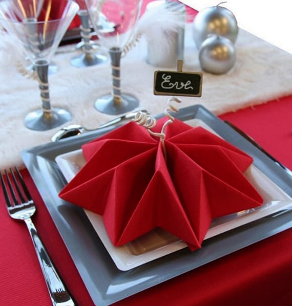Servietten Falten Als Lilien Fur Weihnachtliche Tischdeko In Rot