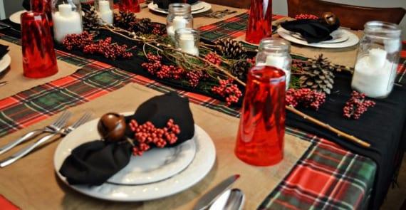 servietten falten und tisch dekorieren mit tischdeko weihnachten in rot und schwarz freshouse. Black Bedroom Furniture Sets. Home Design Ideas