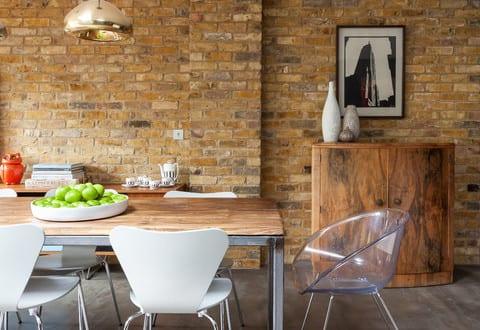 estrich der fu boden im industrial style kombiniert mit ziegelwand aus gelben ziegeln f r. Black Bedroom Furniture Sets. Home Design Ideas