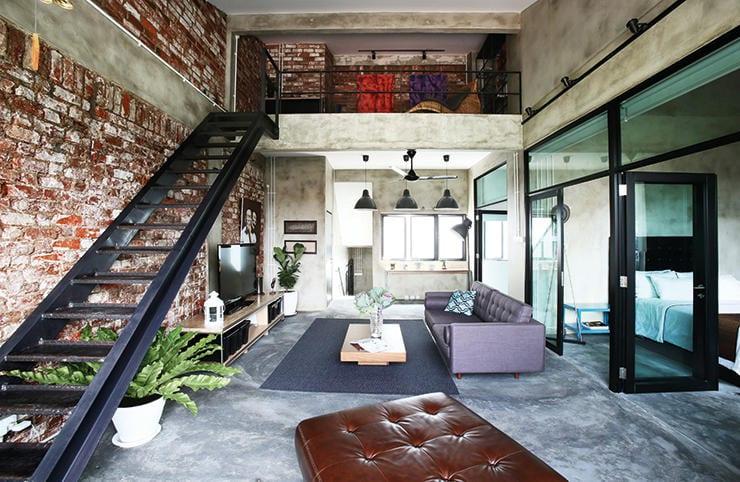 Estrichboden und unverputzte ziegelwand mit metalltreppe for Loft wohnung design
