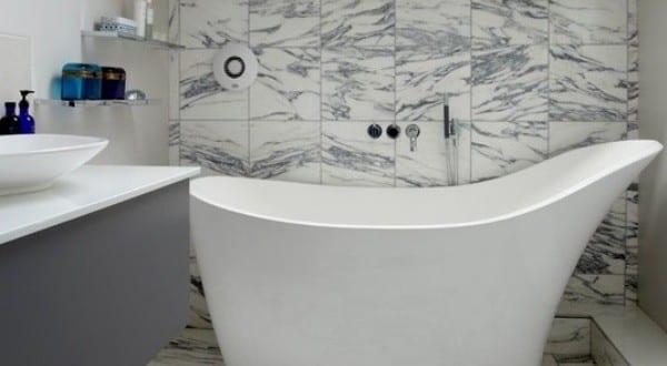 kleine und moderne badezimmer mit badewanne modern einrichten badeeinrichtung mit freistehender. Black Bedroom Furniture Sets. Home Design Ideas