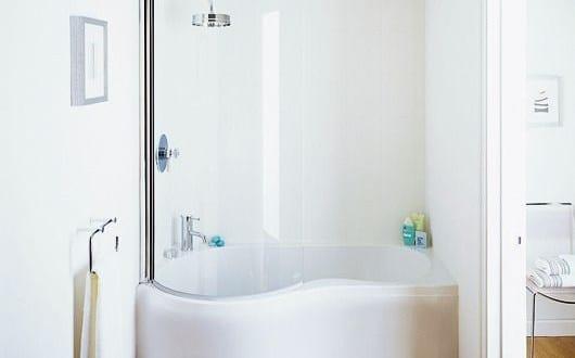 kleine und moderne badezimmer mit badewanne und dusche freshouse. Black Bedroom Furniture Sets. Home Design Ideas