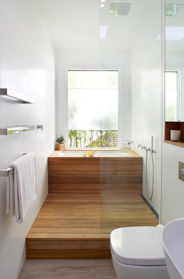kleine und moderne badezimmer mit badewanne und fenster ...