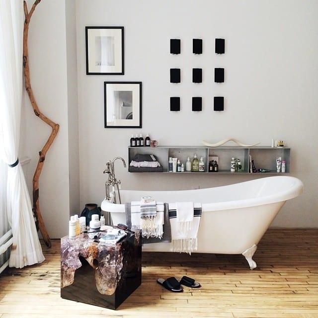 kleine und moderne badezimmer mit badewanne und ...