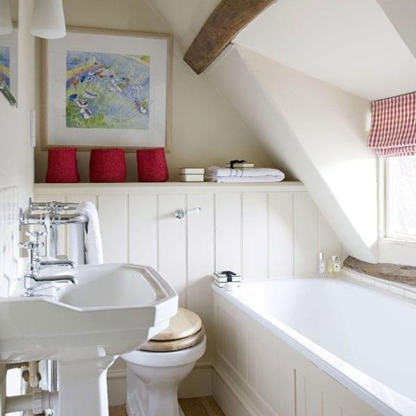 kleine und moderne badezimmer mit badewanne unter. Black Bedroom Furniture Sets. Home Design Ideas