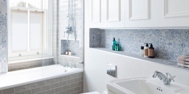kleine und moderne badezimmer mit fenster und badewanne_weiße badfliesen mit muster und wandnischen als kreative badezimmer idee