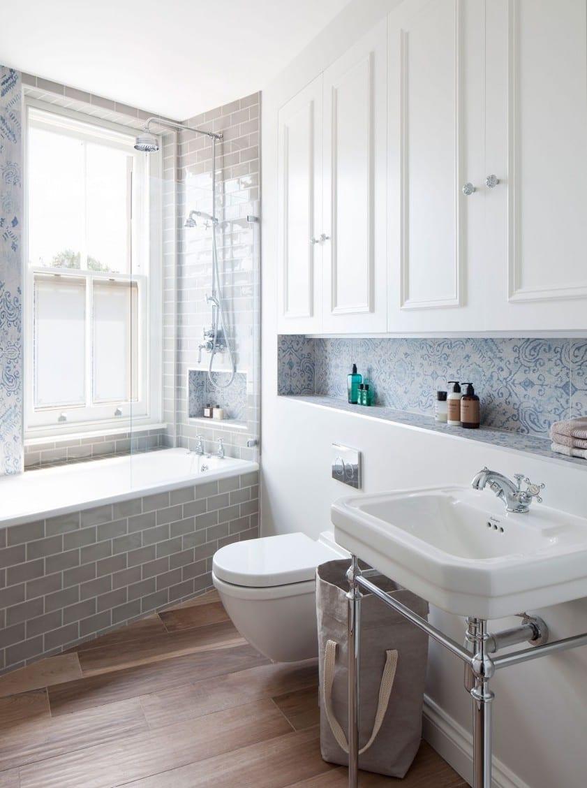 Kleine Und Moderne Badezimmer Mit Fenster Und Badewanne_weiße Badfliesen  Mit Muster Und Wandnischen Als Kreative Badezimmer