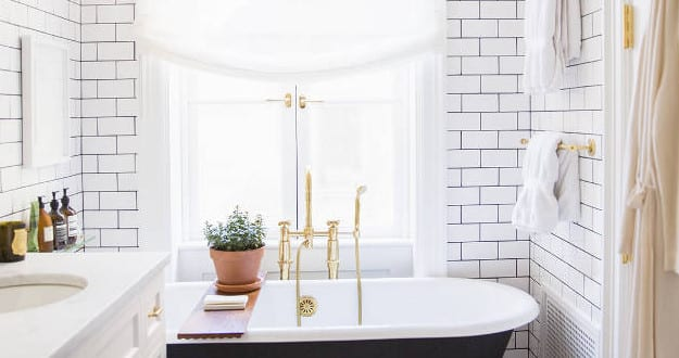 kleine und moderne badezimmer mit schwarzer badewanne und parkett fu boden freshouse. Black Bedroom Furniture Sets. Home Design Ideas