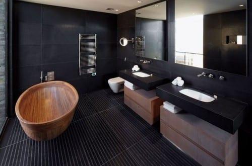 schwarze fliesen moderne badezimmer mit schwarzen wanden im bad und freistehende badewanne aus holz kaufen
