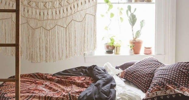 Schlafzimmer Ideen Im Bohemian Stil_kleine Schlafzimmer Mit Bett Neben Dem  Fenster