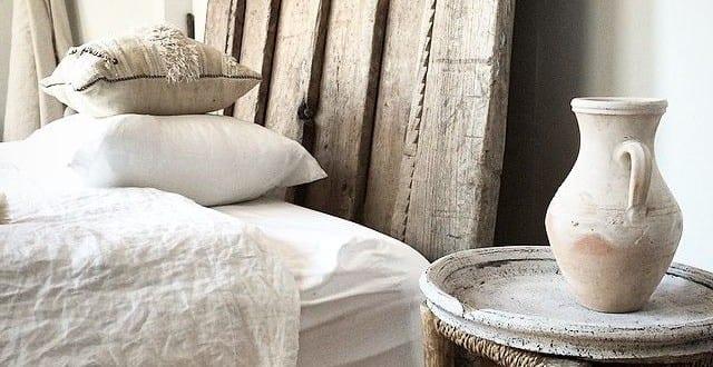 schlafzimmer ideen im boho stil_rustikale schlafzimmer einrichtung mit bettkopfteil aus holz und nachttisch aus holzhocker - Schlafzimmer Ideen Einrichtung