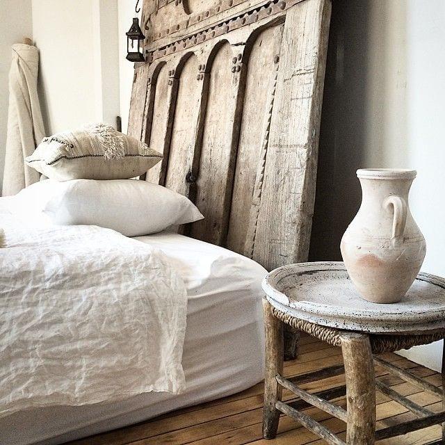 Schlafzimmer Ideen Im Boho Stil_rustikale Schlafzimmer Einrichtung Mit  Bettkopfteil Aus Holz Und Nachttisch Aus Holzhocker
