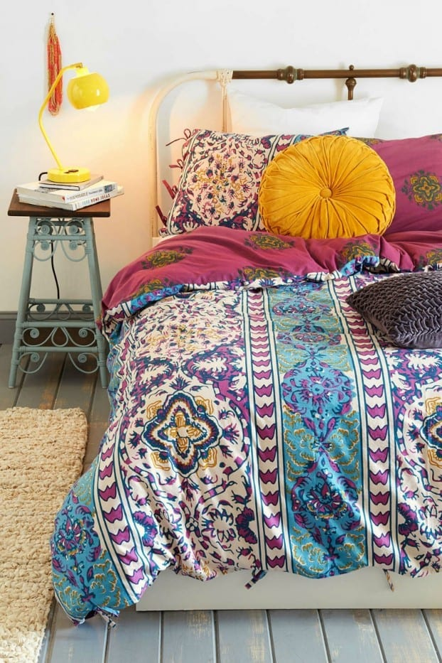 schlafzimmer ideen im boho stil sch ne bettw sche mit blumenmuster in blau und pink freshouse. Black Bedroom Furniture Sets. Home Design Ideas