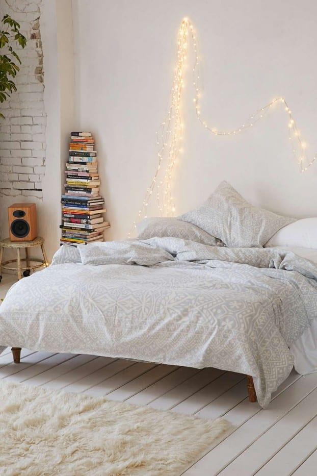 Schlafzimmer Ideen Im Boho Stil_stilvolle Schlafzimmer Einrichtung In Weiß  Mit Weiß Gestrichenem Holzfußboden