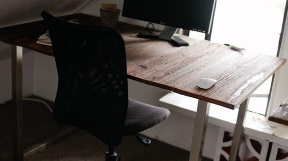 schreibtisch selber bauen diy computertisch mit metalltischbeinen und holztischplatte freshouse. Black Bedroom Furniture Sets. Home Design Ideas