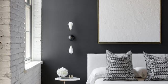 schwarze wände kombiniert mit weißen ziegelwänden und holzdecke als ...