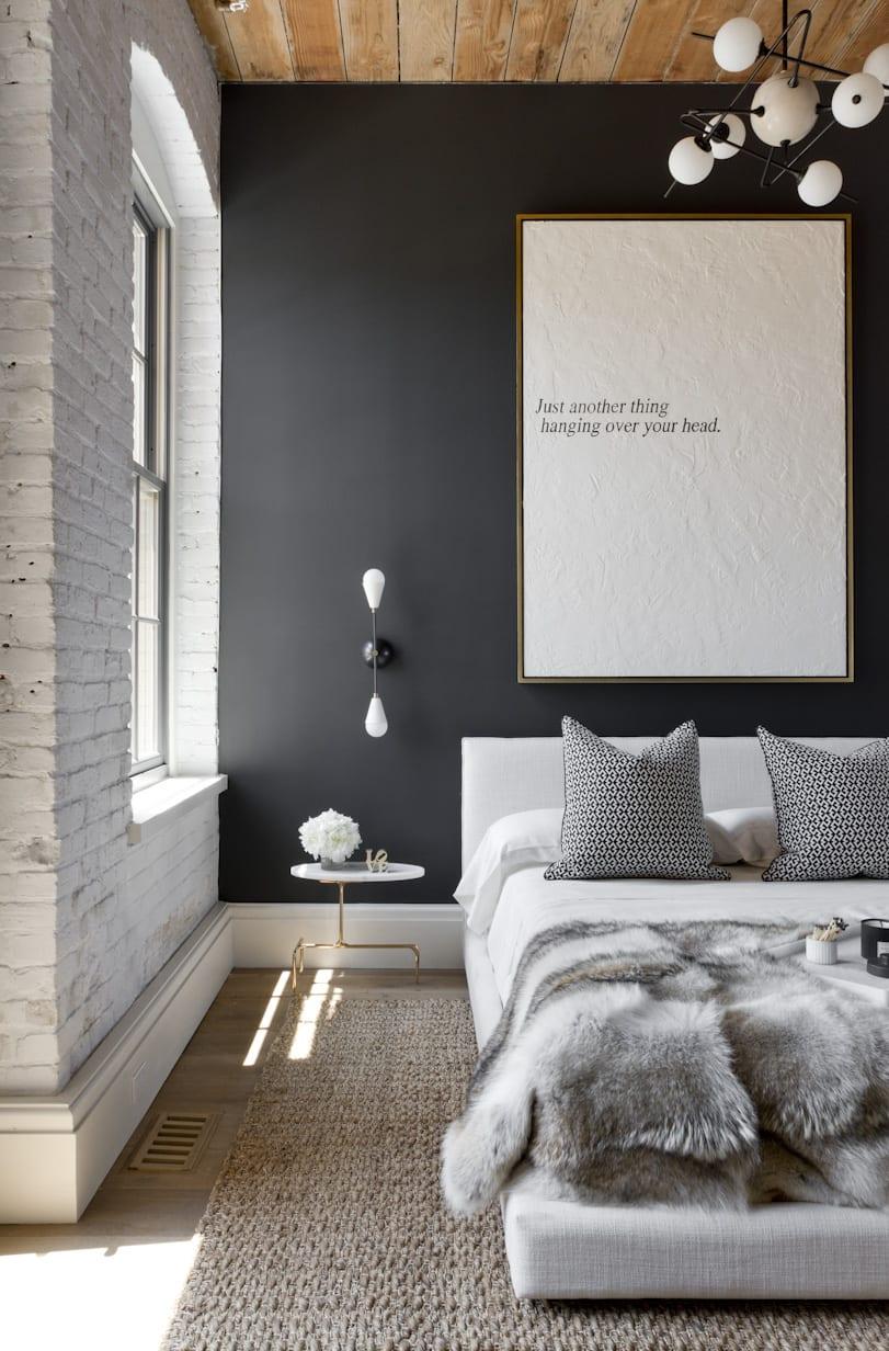 schwarze wände kombiniert mit weißen ziegelwänden und