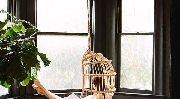 schwarze w nde und schwarze fensterrahmen als coole streichen idee f r schlafzimmer mit. Black Bedroom Furniture Sets. Home Design Ideas