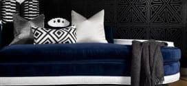 kreative wandgestaltung mit wandfarbe schwarz für moderne wohnzimmer schwarz-weiß mit polstersofa blau und weißen kissen