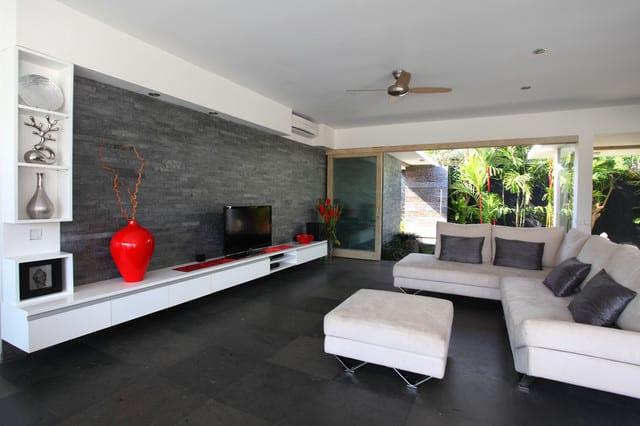 Schwarze wände modernes wohnzimmer design in weiß schwarz