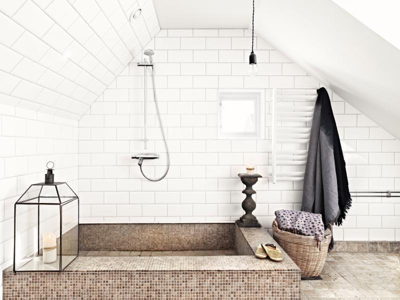moderne badezimmer im vintage style mit dusche unter dachschr ge und wei en badezimmer fliesen. Black Bedroom Furniture Sets. Home Design Ideas