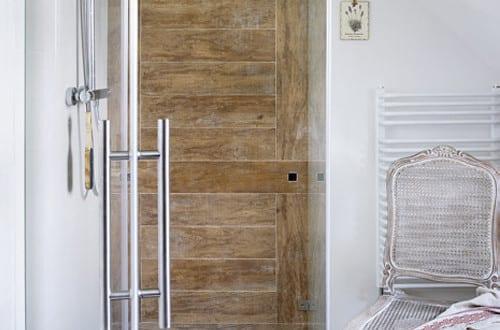 Moderne Badezimmer Im Vintage Style_kleines Badezimmer Mit Duschkabine Und Badezimmer  Fliesen In Holzoptik
