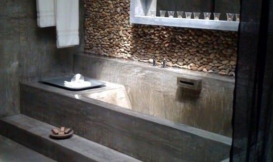 Moderne Badezimmer Im Vintage Style Mit Estrich Boden Und Badewanne Und Kreative  Wandgestaltung Mit Steinen Und