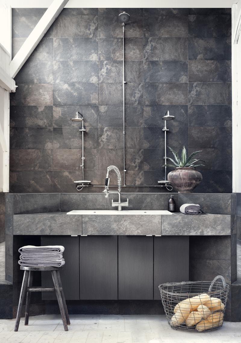 Schon Moderne Badezimmer Im Vintage Style Mit Steinfliesen Grau Und  Hängewaschtisch