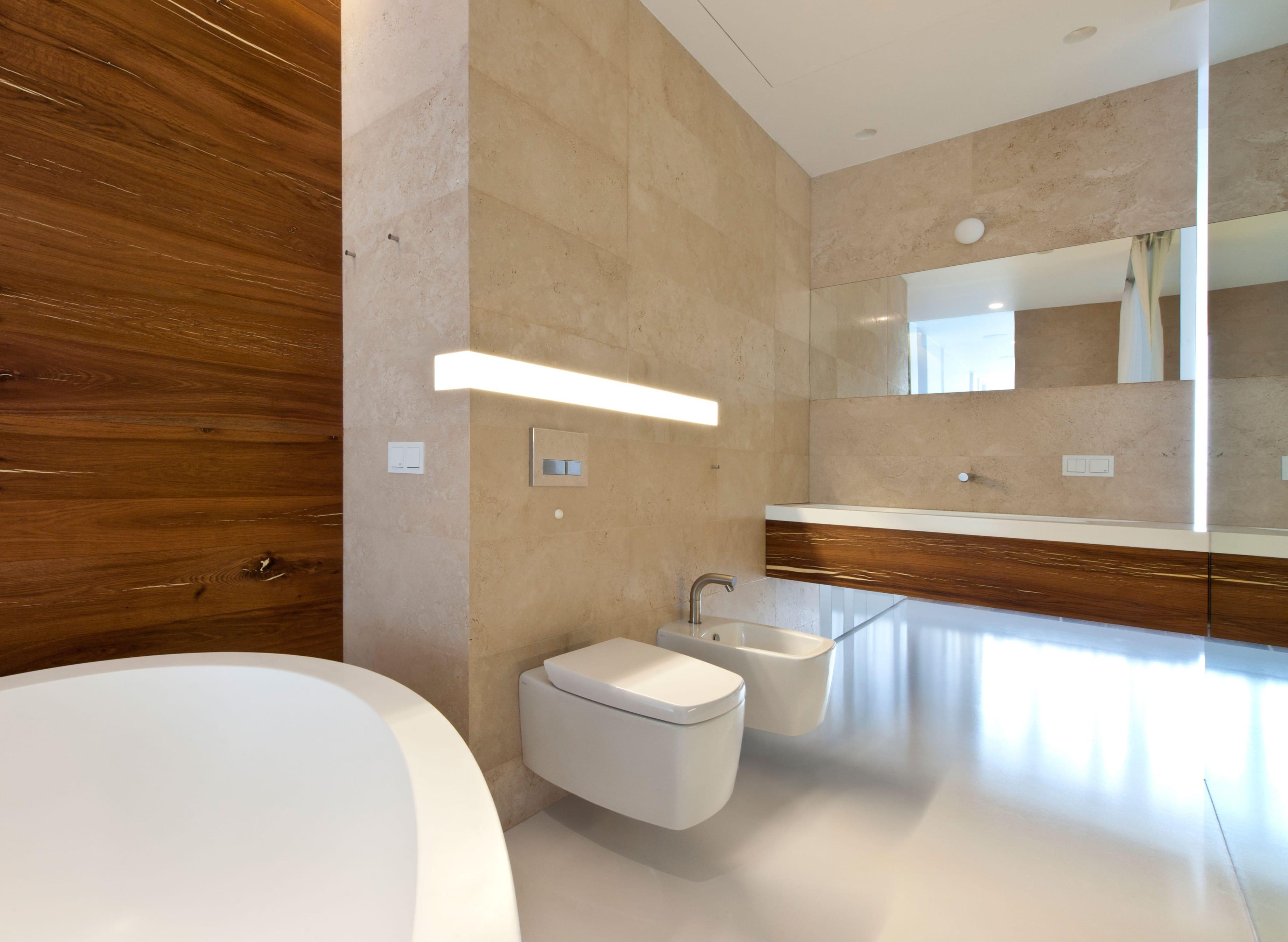 bad modern gestalten mit einbauwandleuchte und akzentwand in holz freshouse. Black Bedroom Furniture Sets. Home Design Ideas