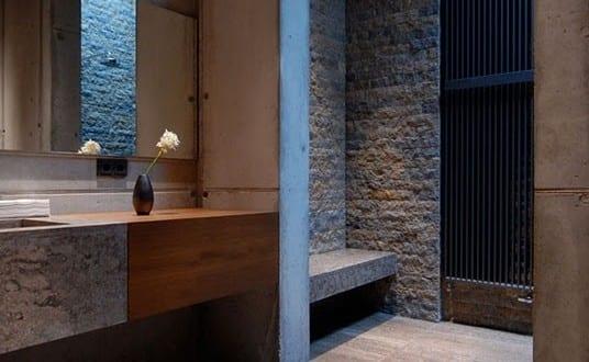 Bad Modern Gestalten Mit Licht Und Naturstein_schönes Badezimmer Grau Mit  Grauen Badezimmerfliesen Und Wandhängewaschtisch Aus Beton