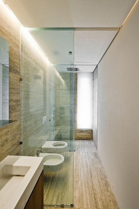 Bad Modern Gestalten Mit Licht_moderne Badgestaltung Kleines Badezimmers  Mit Glastrennwand Und Indirekter Deckenbeleuchtung