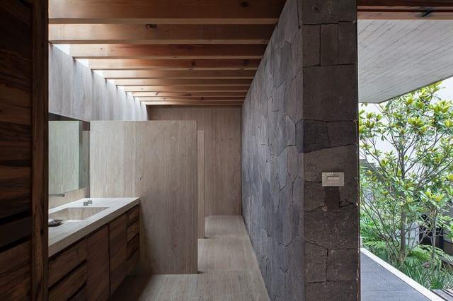 bad modern gestalten mit steinmauer und sichtbaren holzbalken ...