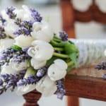 weiße tulpen und lavendel für raffinierte blumendeko und blumensträße einer hochzeit