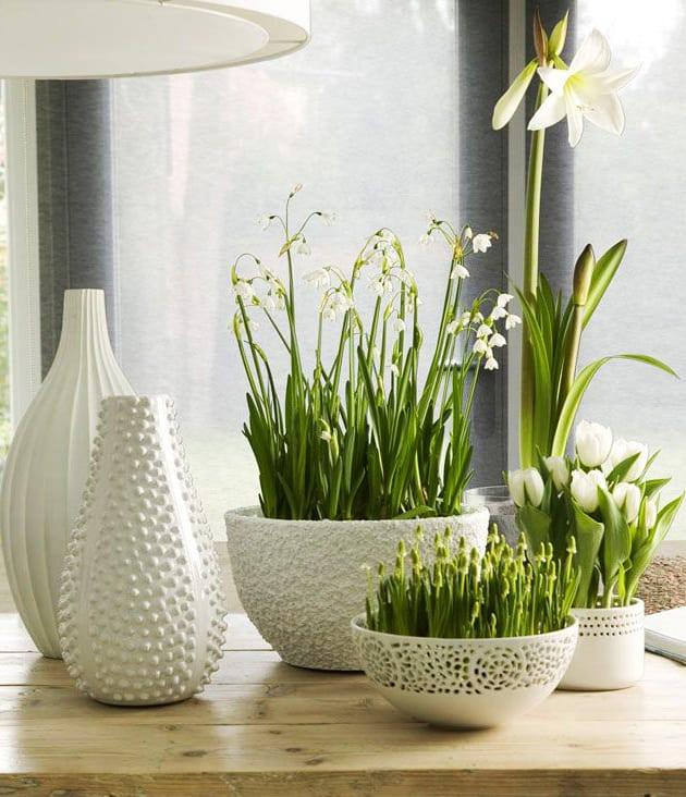 fr hlingsdeko wei mit fr hlingsblumen frische idee f r tischdeko fr hling in wei freshouse. Black Bedroom Furniture Sets. Home Design Ideas