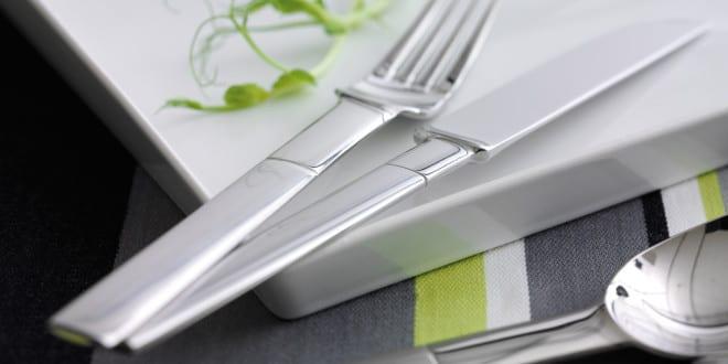 Tisch decken mit modernem Besteck