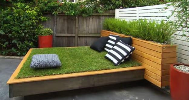 Garten gestalten mit bett aus paletten und gras der kleine for Garten planen mit kleine regentonne für balkon