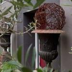 coole garten ideen für gartendeko und eingansbereich dekoration mit dekorativen kugeln aus Stacheldraht in eisen-Gartenamphoren