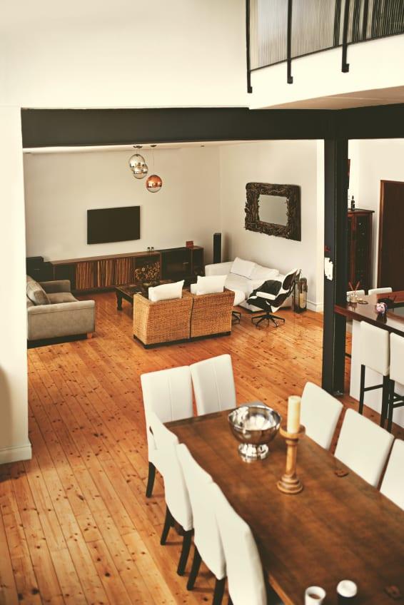 sch nes und modernes wohnzimmer einrichten mit holzfu bodenbelag und m bel in wei freshouse. Black Bedroom Furniture Sets. Home Design Ideas