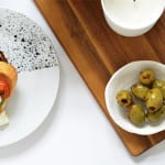 der tisch eindecken mit modernem tafelgeschirr weiß mit schwarzem spritzmuster
