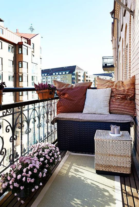 der balkon unser kleines wohnzimmer im sommer mit blummen und teppich freshouse. Black Bedroom Furniture Sets. Home Design Ideas