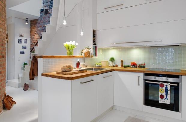 die komfortable wohnk che in der kleinen wohnung wei e k che mit arbeitsplatte aus holz und. Black Bedroom Furniture Sets. Home Design Ideas