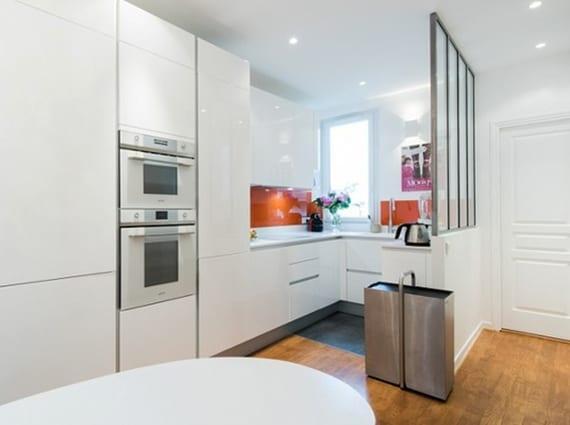 die komfortable wohnk che in der kleinen wohnung wei e k che mit glastrennung freshouse. Black Bedroom Furniture Sets. Home Design Ideas